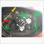 黄色矢印の爪に爪楊枝を刺し、ハウジング外側を外す方向に引っ張りながら、マイナスドライバーで①から③まで順に爪を外す。<br /> 爪楊枝の部分も同時に外れたら、④もドライバーで押して外す。