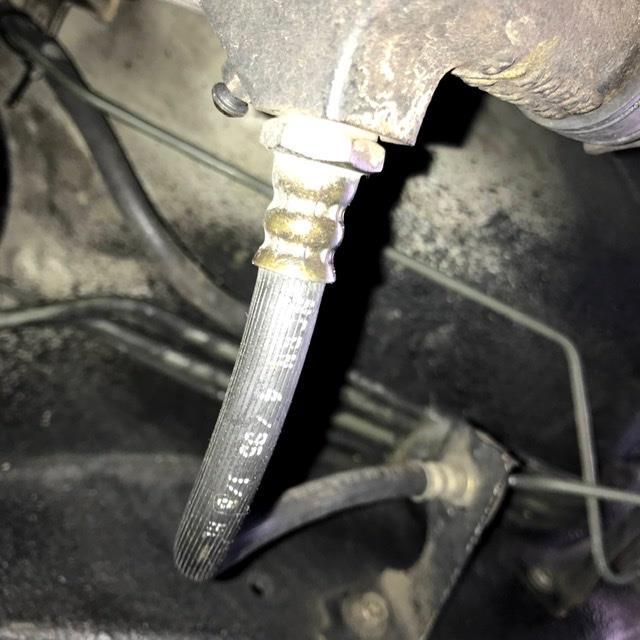 車が古いので、たまに下回りの見える範囲ですが<br /> 細かく見るようにしてます。<br /> そこで今回見つけたのが、このホース。<br /> 金具とゴムの境目くらいに僅かにオイル滲みが<br /> あります。<br /> まあほっといてもしばらくは大丈夫でしょうけど、<br /> 若い頃CAのシルビアでシリンダからオイルが漏れて<br /> 自走不能になったことがあったので交換しときます。