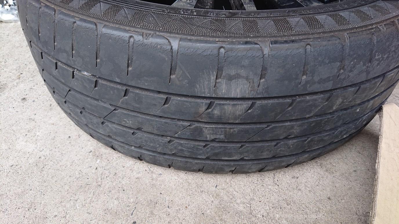 溝が無いのでタイヤのみ履き替えです。