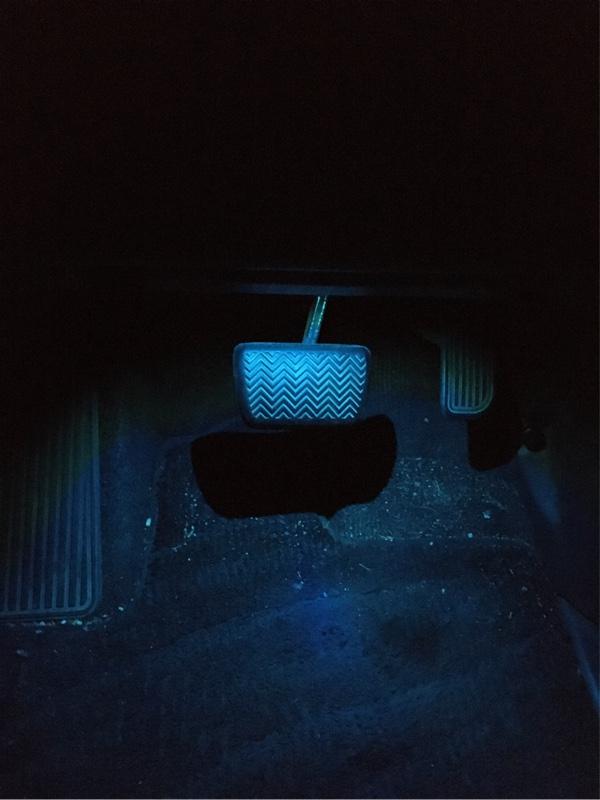 いきなり取付です。<br /> <br /> フリマサイトで激安で購入しました。<br /> <br /> 色はブルーと思って買ったんですが<br /> アイスブルーでした。<br /> <br /> でも、いい感じの色なんで、このままです。(笑)<br /> <br /> 汚いのは見ないようにお願いします。