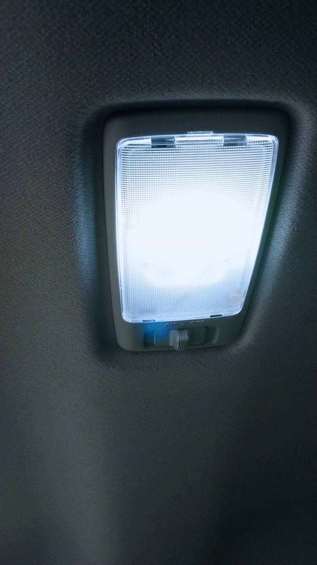 (交換済画像)透明なカバーにこじ開ける用の隙間があるので、マイナスドライバーなどを差し込みこじ開けます。<br /> <br /> マップランプは2ヶ所あるので左右交互にやると外れやすいかなと。