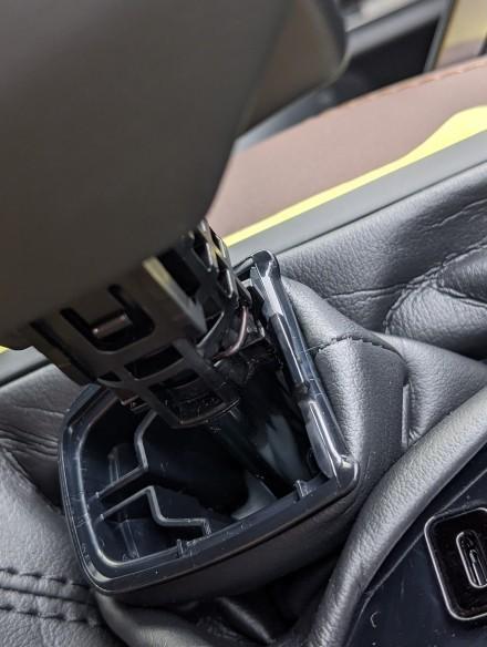 ブーツを下ろすとノブの前側にピンが付いているので、マイナスかなんかで引っ張って外します。<br /> <br /> 勢いよく飛ばして失くさないようにしましょう。<br /> <br /> ピンが外れれば、ノブは引っ張れば上に抜けます。