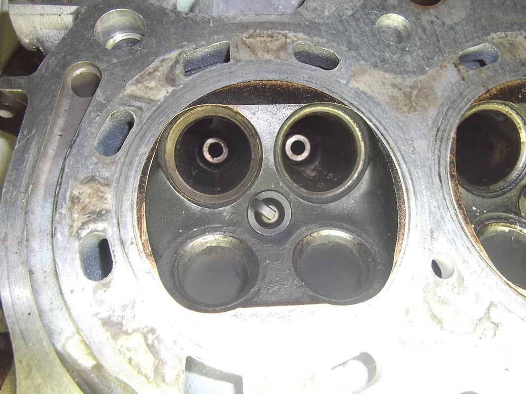 まさか,と思い,圧縮を測ると.....1番が6.0kg/cm2...<br /> <br /> とりあえずヘッドを開けると,1番のIN側シートリングの一つが減っている!