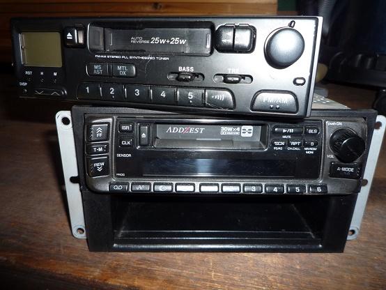 カーラジオの音が途中でプッン、プッンし始めました。内部接点不良です。<br /> 新車時から長期使用ですから寿命ですね。<br /> <br /> 物置をゴソゴソ。<br /> 同様のカセットデッキ付きのカーラジオ。<br /> 古いけど使えるはず(笑