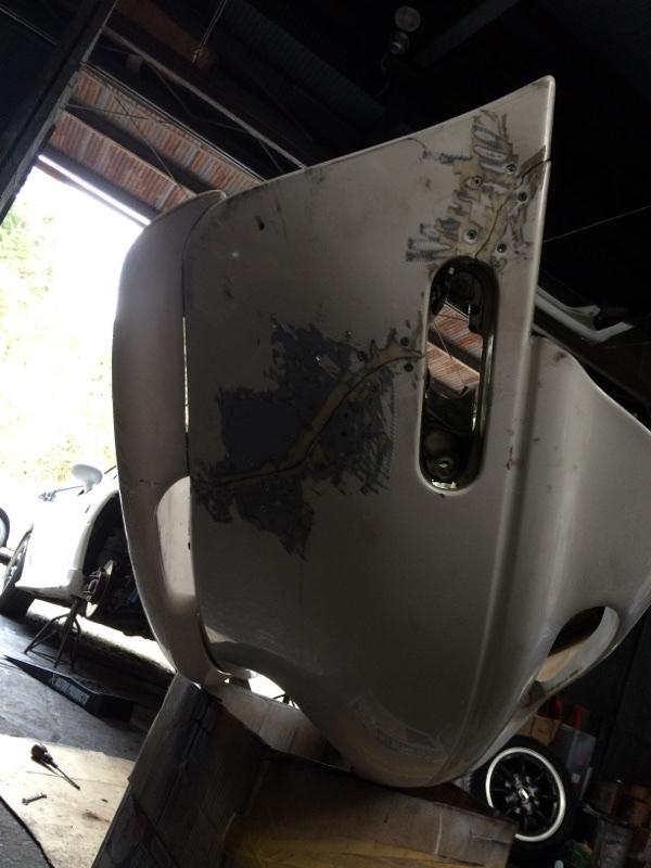 フロントバンパー割れ補修&塗装 ナンバー穴スムージング