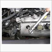 プラグをガスケットが付くまで回し、ガスケットがエンジンに付いたら1/2回転回して本締めします。<br /> <br /> レンチの先端とエンジンルームのどこかを目印にして締めると分かりやすいです。<br /> <br /> イグニッションコイルの端子部分にも導通を良くするグリスを塗布してあります。