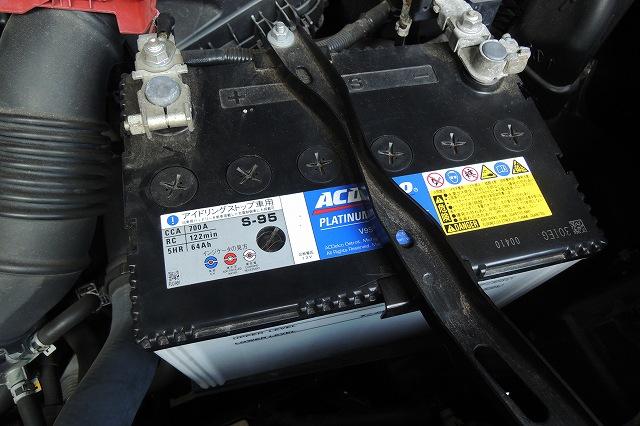 これって開放型じゃないっすか!マジっすか!!<br /> 最近はメンテナンスフリーのバッテリーしか出回ってないと思ったのですが、どうもトヨタディーラーさんでバッテリー交換すると、この開放型のバッテリーになるケースも有るようです。。。