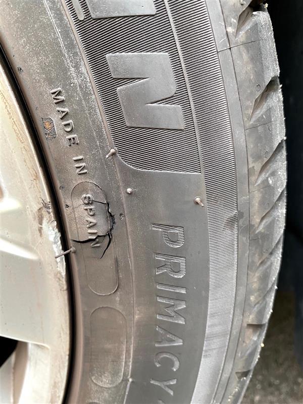 どこでぶつけたか右前タイヤのサイドに傷が😢