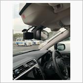 今日いつもお世話になってるディーラーにドラレコを持ち込んで取り付けして貰いました。<br /> KENWOODのでAIが煽り運転を検知して自動で録画してくれるみたいです。<br /> ただ、取り付けてくれた位置だと運転席からは一切ドラレコが確認出来ないんですが、そういうもんなんですかね?