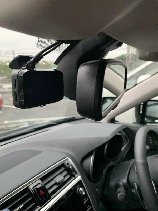 ルームミラーの完全に裏側です。<br /> ドライバーの視野を遮らず、録画するには一番良い位置なんでしょうね〜。