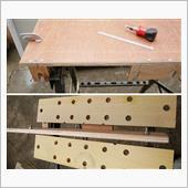 ヘッドレスト用ガイドを木ネジで<br /> 固定し、ポールの位置にトラスねじ<br /> を取付けます。<br />