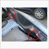 まずはじめにボンネットを開け、両脇にある黒いカバーを外す作業から入ります。<br /> <br /> カバーに2点のクリップが留めてあるので、そのクリップを外します。<br /> <br /> <br /> 《クリップの外し方》<br /> マイナスドライバーを用いて、中央のピンを突き出る所まで引き上げます。(写真右側の赤丸の状態)<br /> その後、クリップ全体を引き抜きます。