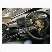 交換方法は、フブー@車中泊さんの整備手帳を参考にさせていただきました(勝手に)。<br /> 実際にやってみて戸惑った点は、ホーンの端子の外し方、エアバッグコネクターの外し方、ステアリングセンターボルトの外し方の3点でした。<br /> <br /> ホーン端子はマイナスドライバーでこじる。<br /> エアバッグコネクターはちゃんとフブー@車中泊さんの記事を読む(笑)<br /> ステアリングセンターボルトは、ホイールナットを外すくらい力が必要!!!<br /> <br /> <br /> と言ったところです。<br /> 私の手持ちのラチェットでは外せなかったので、ソケットの変換アダプターをかませて、ホイール脱着用のレンチで外しました。