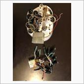 メーターの針折れから・・・<br /> ①硬化した電装ソケット<br /> ②LED化<br /> ③針折れ修理<br /> ④注油<br /> を行う事とした。<br /> メーターの電装ソケットはまだ純正部品が出た。(3000円強)<br /> Amazonで極性無しLEDを調達。<br /> ※組み上げ後の極性違いで不点灯は再分解を要するのを避けた。<br /> ウインカーのみ電球。<br /> ※※メーターの取り外し・分解はWebでゴロゴロしてるので省略。