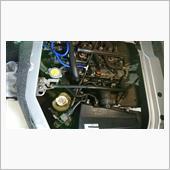 オイルを入れた後、フィラー周辺を拭いて、5分ほどのアイドリング後エンジンを止め、更に数分待ってオイルレベルを確認。待つ間にエンジンルーム内外を目視チェックします。