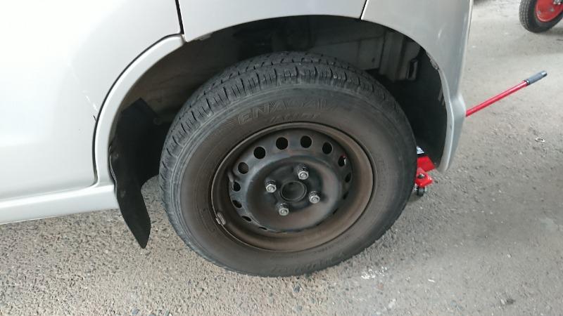 標準タイヤ。最近あまり洗車もしてなくて、この間までホイールカバーを付けたままだったので汚い事この上ない。特に前輪はブレーキダストにまみれています。