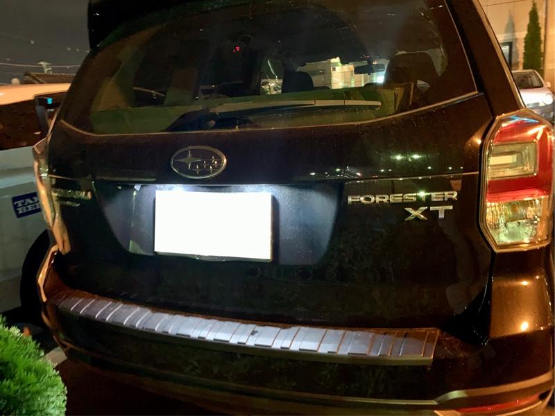 13日の夕方、仕事でお客様の所に行ったときのこと<br /> <br /> 帰り際、<br /> 『〇〇さんナンバー灯しか点灯してませんよ』<br /> <br /> あっ💡<br /> またバックランプが片側しか点灯していないという事だ😆<br /> (これ、SJフォレスターの方は、必ず言われませんでしょうか 笑)<br /> <br /> 『はい!片側しか点灯しないので、大丈夫です。気にかけて頂き、ありがとうございます』<br /> <br /> 『いや、そうでは無くて💦』<br /> <br /> 降りて確認すると…左右の尾灯が点灯していない😱<br /> <br /> 出張中につき、暗いけれどブレーキランプは点灯するので、明日カー用品店に行くことにしました。