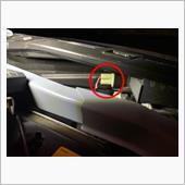 交換します。<br /> 助手席側です。<br /> HIDのバラストやらイグナイターやらで手が入らないので、プライヤーで掴んで取り外しました。<br /> 純正バルブは予備として車載しておくので、素手で触らないようにしました。