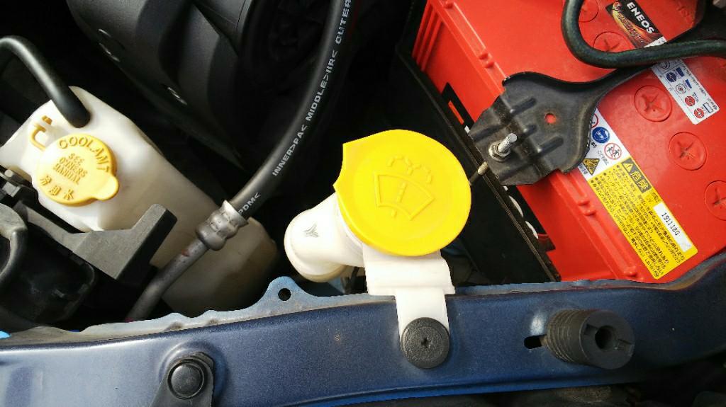 先々週、戦車している時に、エンジンルームに侵入した水を拭き取る為にボンネットを開けた時に、キャップのツマミが割れているのをハケーン❗️(ToT)<br /> <br /> 特に問題はありませんが、気分が悪いので交換する事にぃ~(^o^;)<br /> <br /> 自分で割った記憶は無いんですがねσ(^_^;)?<br /> <br /> 車検の時かなぁf(^_^;<br /> <br /> 年数乗ってるから劣化もしてますよねぇ(^o^;)