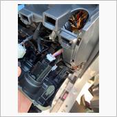 次にプッシュスタートボタンの後ろのハーネスに、リモコンスターターに付属のハーネスを割り込ませます。<br /> スターターの機能だけなら、ここまでで完了です。<br /> パネルを元に戻して終わりです。