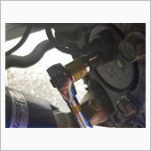 後期型では、ABSセンサーを取り外します。ボルトを外して、センサー本体をまっすぐ引っ張れば外れます。<br /> <br /> 前期型ではセンサーはハブ内蔵となっており、ここがコネクターになっているため、そのコネクターを外します。<br /> <br /> 写真は後期型です。