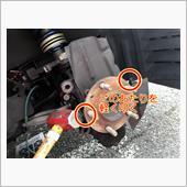 ハブはナックルに軽く圧入されているので、ハブの両サイドをハンマーで軽く叩き、ナックルから真っ直ぐ抜けるように取り外します。<br /> 片側だけを叩いたり、強く叩きすぎたりすると、ハブが斜めに抜けてきてナックルを痛めます。新車から無交換の場合は強烈に張り付きこの方法では外れないため、ハブにスライディングハンマーを噛まして取り外します。くれぐれも斜めに抜いてナックルを痛めないように。<br /> ハブがナックルから抜けたら、ハブ固定ボルトを抜いてハブ完全に取り外します。<br /> <br /> ハブが取れたら、ナックル側の錆を掃除します。サンドペーパーをかけ過ぎるとハブがガバガバになってしまうので、軽く表を撫でる程度にします。