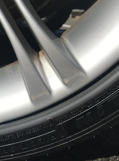 タイヤ交換作業(タイヤワークアップス様)によるホイール傷の補修