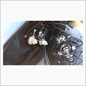 ■ミラーの取り外し<br /> ミラーを上外側に動かし、下の隙間からミラー裏に手を入れ、なるべくその中央付近を引っ張るとミラーが外れます(結構強めに引っ張りました)。<br /> ヒーターコネクター(黒)2つを引っ張って外し、ミラー外側にあるRVM用コネクタ(白)を外します(マイナスドライバーでツメを外側にこじってコネクタを引き抜く)。