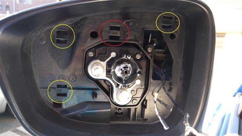 ■ドアミラーガーニッシュ取り外し1<br /> 黄色の○部分にツメがあるので外します。<br /> ただし、上下同時につまむようにずらさないと外れない。工具があればよいのですが、マイナスドライバー2本を上下に突っ込み、同時にツメをずらして押し込みました。<br /> 赤○部分にはツメがありませんでした。