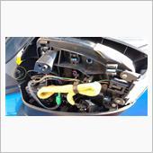 ■ドアミラーガーニッシュ取り外し2<br /> ドアミラーガーニッシュを浮かせると、黄色○部分にツメが見えます。マイナスドライバーでミラー外側(この写真でいうと右側)からアクセスして押し込んで、ガーニッシュを外します。