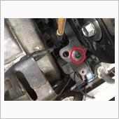 長めのエクステンダーをつけたの14のソケットレンチでエンジンマウントを固定しているボルトを外すとエンジンマウントが抜けてこの状態になります。<br /> <br /> 写真赤丸部分、ボルトが見事に折れておりますな。<br /> どうしましょ、コレ?