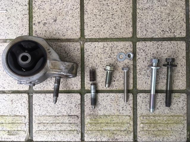 本来なら新旧比較にいく所ですが、スバル部品から買ってきたボルトに破損したスタッドボルトのような形状のものはありませんでした(何で?)。<br /> <br /> このままでは都合が悪いので、若干細いですが手持ちのM8(60mm)ボルトとナットで固定することにしました。<br /> <br /> エンジンマウント自体を固定しているボルトは新旧で長さが違うようです。