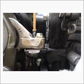 M8ボルトとナットで固定して今回の応急処置は完了、車体の振動も無くなりました。<br /> これからスバルさんに相談ですね。<br /> <br /> このボルトが折れた原因は以前エンジンマウントを交換してもらった所にあるのかなと思いつつ、エンジンマウント自体に取り付いているボルトが支えてくれたおかげで動作不能にならずに済んだのが幸いした感じでした。