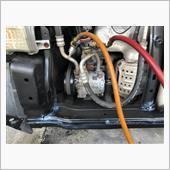 はい、中古コンプレッサー取り付け完了。<br /> <br /> MH21SやMH22Sで程度良さそうなの無くてMH23S用。<br /> そのままふつーに付きましたw<br /> <br /> あとは外した配管の接合部を綺麗に掃除してOリングを新品に交換して接続。<br /> <br /> ドライヤを交換しないので長めにしっかり1時間真空引き。