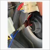 運転席側のバックランプから電源を取り出します。<br />  +電源は,赤黒の配線でした。<br />  ここも純正配線に傷をつけたくなかったのですが,購入した電源分岐コネクターにバックランプからの電源を取り出す線がなかったので,仕方なく分岐コネクターを使用しました。<br />  よく調べてから,購入するべきでした。