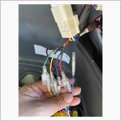Tail Box Lamp LEDテープからの配線を接続していきます。<br />  Tail Box Lampからの青線をバック,白線をブレーキ,黄色線をウィンカーに接続します。<br />  これで,前回取り付けたLEDリフレクターランプの配線からアダプターのアースとブレーキ,ポジションと併用して接続が済みました。<br />  リアビューがにぎやかになったので,フロント側もウィンカー&ポジションに交換したいと思います。