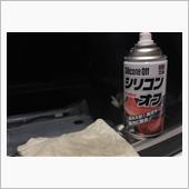 鉄板面をソフト99 シリコンオフ300で念入りに脱脂します。<br /> 拭き取った端切れを見ると結構汚れていました。