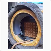 60ハリアーから使いまわしの<br /> バッフル使用 ホーム用スピーカーにつき<br /> 防水対策 <br /> クリアファイルを切って<br /> 両目テープで貼るだけ この対策で<br /> 直接水がかかる事は無かったですが、湿気は防げない為、定期的に点検要