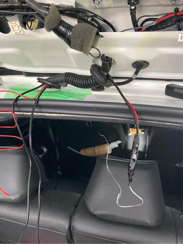 リヤゲートの蛇腹にコネクタを通します😃<br /> まずはタイラップにアルミワイヤを付けて通したらアルミワイヤにカメラのカプラを繋いで引っ張ります💦<br /> シリコンスプレーを少し塗れば一瞬で貫通しました😍<br /> ゴム蛇腹の上側は簡単にはめ込めますが、下側は天井内張に左手を入れて接合部のプラスチックを少し持ち上げながら右手でゴムを嵌め込んで綺麗に形成していきます💦<br /> 水漏れしないよーにきっちり確認しましょう❤️<br /> 自分は1本しか余分に配線を通してなかったのでギリギリ通りましたが、何本か配線を余分に通してたら厳しそうです💦