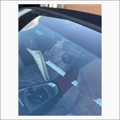 ドラレコとレーダー探知機用のレーザー受講部を取り付けました。<br /> 普通フロントガラスに貼りますが気泡が目立つと嫌でガラスに貼りたくなかったのでオープンカーの特権 ガラス上部の幌のロック機構が入ってるパネルに取り付けました。<br /> フロントガラスがスッキリします。<br />