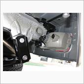 通常バックランプから電源を取りたいところですが,軽トラとはいえ新車のハーネスにタップコネクターは気が引けます。それに信頼度もイマイチ。<br /> 調べると,左後ろにオプションカプラーがあることが判明。バックブザー用です。夜間消音式のDオプ用で,このカプラーにはバック電源とイルミ電源が来ています。こいつを利用しない手は無いです。