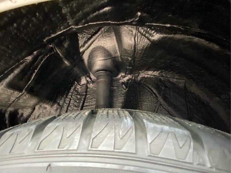 タイヤハウス内、制振スプレー塗布