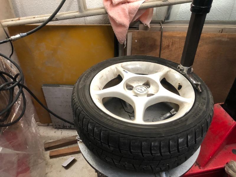 スタッドレスタイヤ交換ですが2本が片減りで交換が必要だったので、チェンジャーでタイヤを交換します。中古のアイスガードです。(汗<br /> 片減りはNB号で使用したときのアライメントの問題…。(現在はアライメントを調整しています)