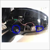 青丸のネジを外して、内側のネジも外してカプラをとれば、元のウィンカーは外れます。<br />