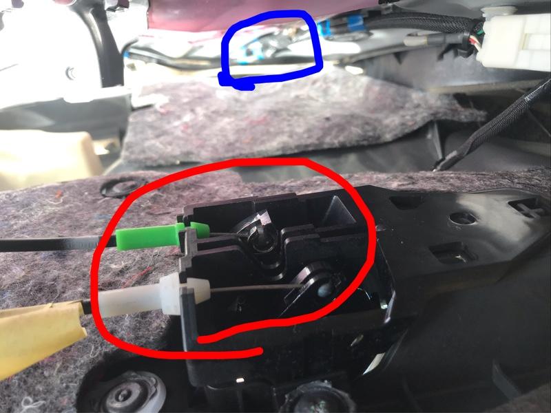 ドアミラーへ配線を通すのに苦労してたのですが、これなら素人の私でも通せるかと思いチャレンジしてみました。<br /> <br /> ドアノブとドアの引き手のとこにあるカバーを外してネジを外した後、カーテシランプを取り外したあと、ドアの下側より内装を外しました。<br /> <br /> 赤丸のドアノブとロックに繋がるワイヤーを外し、青丸のウィンドウスイッチに繋がるカプラーを外せば内装は外れました。