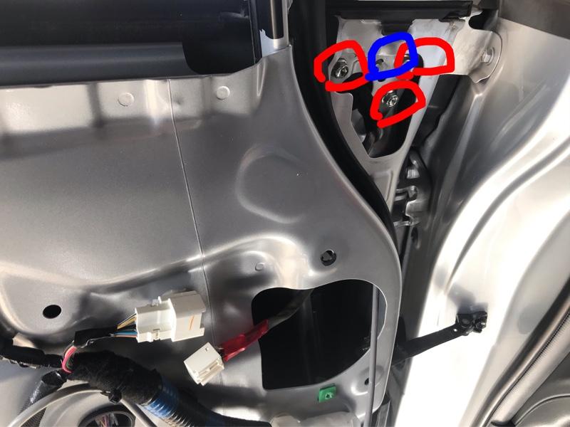 赤丸のボルトを外し、青丸の白ピンを外せばドアミラーは取れます。<br /> <br /> ボルトを外す時はドアの中に落とさない様に気をつけないとめんどくさいことになります。<br /> 私は落として、ボルトを取り出すのに苦労しました。
