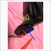 赤丸のテープを取り、青矢印のゴムを外し、緑矢印の部分を外します。