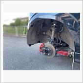 ジャッキアップして前2輪浮かしてタイヤを外して会社の汚れを洗車ブラシで可能な限り洗い落とします💧💦ジャッキには予めビニールを被せておきます。(後片付けと錆防止)