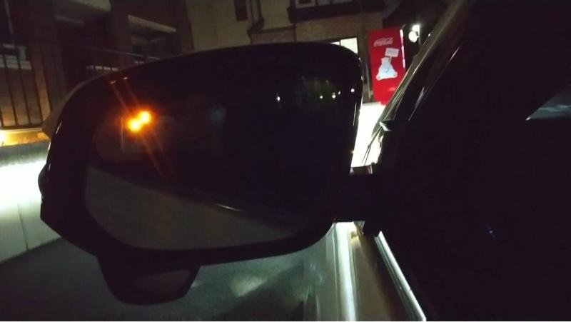 殆どの配線は今回は床下へ放り込みました。<br /> BSM機能の動作確認はその時でないと反応がわからないので車を走らせて確認しました。<br /> BSMインジケーターが点灯中にウインカーを出すとブザーが鳴ります。また、駐車時に両サイドに車が停止している場合もBSMインジケーターが点灯します。<br /> なんて便利なんだ!<br /> しかしセンサーの角度が今の位置が正しいのかさっぱりわかりません。暫く様子見で違和感あれば角度変更実施します。