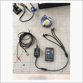 リモコン操作が出来るもので、<br /> 120cmが2本、90cmが2本の4本です。<br /> <br /> 4本に独立してカプラーが付いてるので、操作性がUPしたものがございましたので、今回採用となりました。<br /> <br /> ヒューズ電源から取るので、<br /> +をギボシ端子、<br /> −をアース端子としました。<br /> <br /> 音楽連動ユニット本体は運転席付近につけるので、電源配線は余裕を見て150cmで作成しました。
